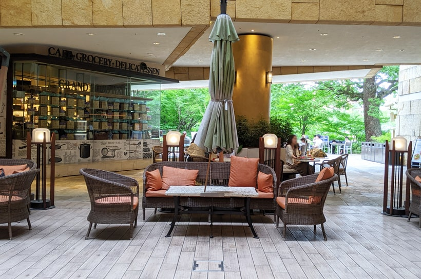 ヒルサイドのB2Fのおしゃれな椅子とテーブル