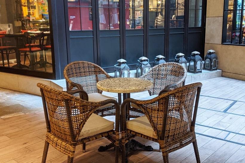ヒルサイドのB2Fのおしゃれな椅子とテーブル2